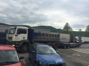 MAN TGA s trailerem pro převoz stavebních strojů
